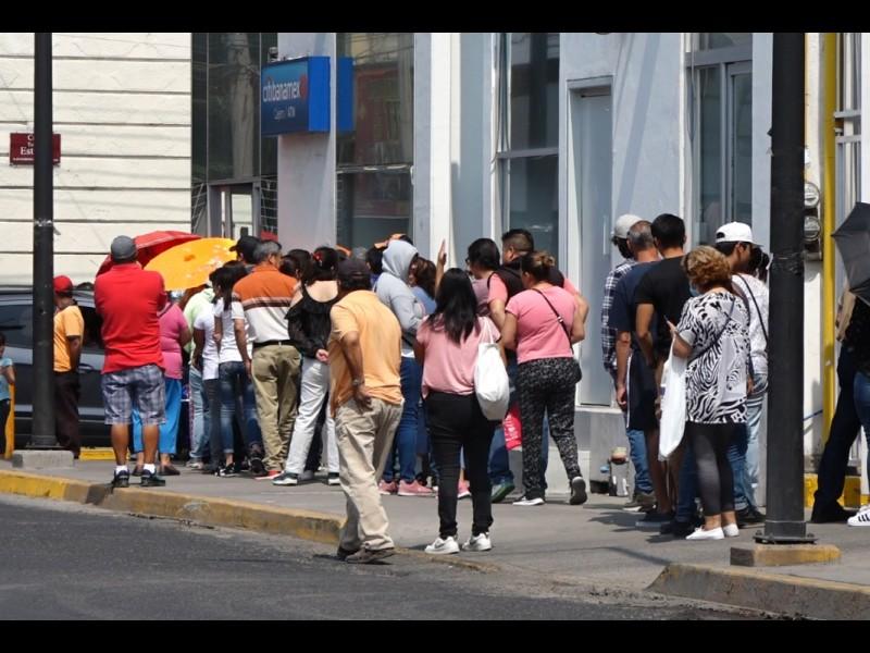 📹Quienes esperan afuera de los bancos no respetan sana distancia