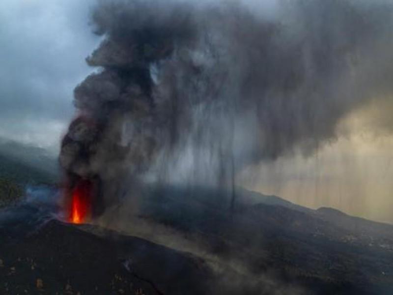Reabre aeropuerto tras cenizas volcánicas en Isla Canaria