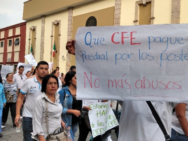 Realiza ayuntamiento marcha contra la CFE