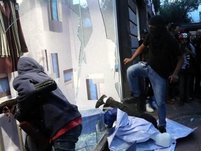 Realizan actos vandálicos durante marcha