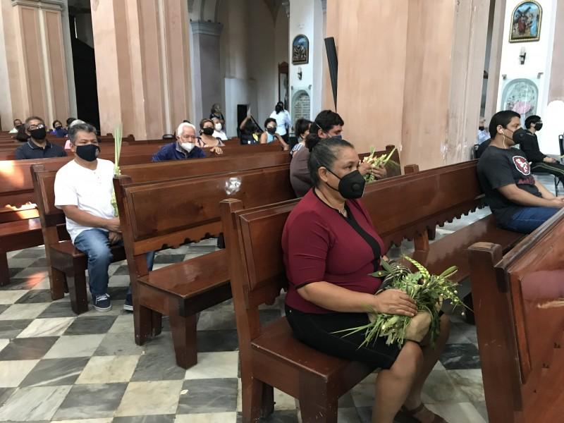 Realizan bendición de ramos en Catedral de Veracruz