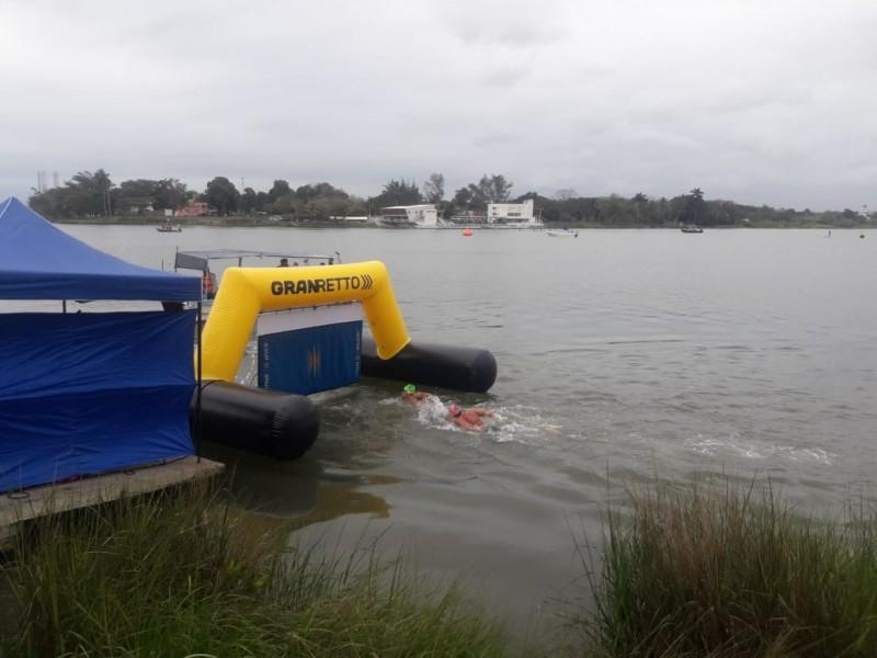 Realizan circuito de natación en mar abierto