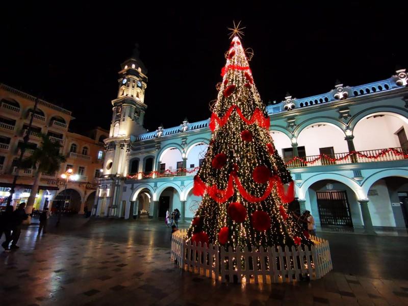 Realizan encendido de árbol navideño en el zócalo de Veracruz