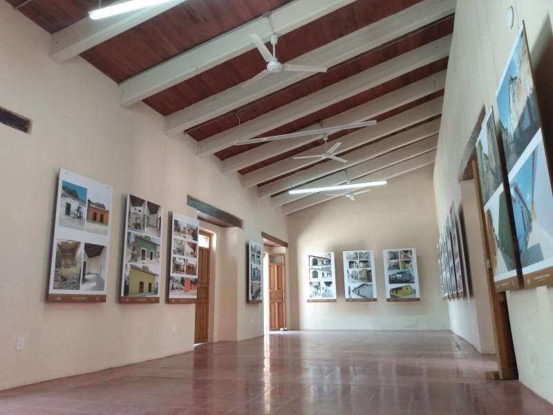 Realizan exposición fotográfica de casas dañadas por sismos