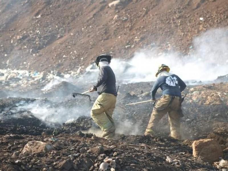 Realizan labores de enfriamiento para extinguir incendio en basurero