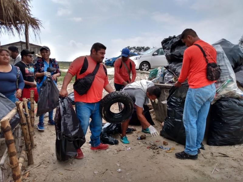Realizan limpieza de playas