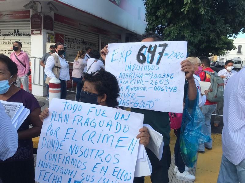 Realizan manifestaciones afuera de conferencia de AMLO