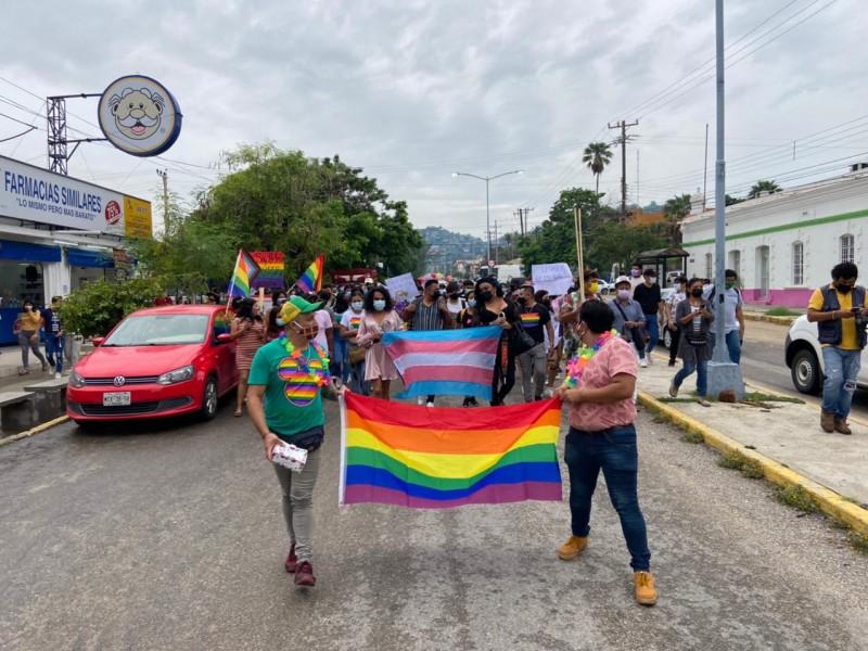 Realizan marcha conmemorativa miembros de la comunidad LGBT+