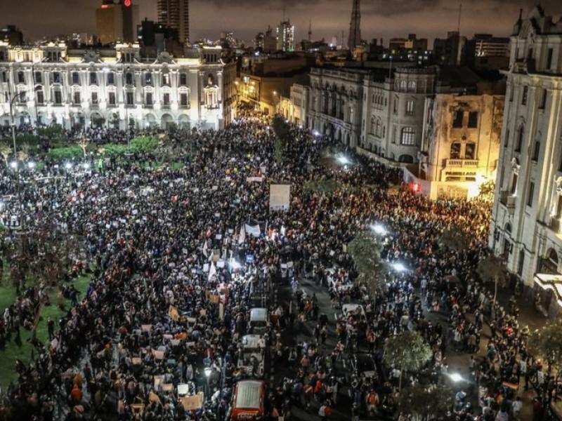 Realizan marchas masivas en Perú contra presidente Merino