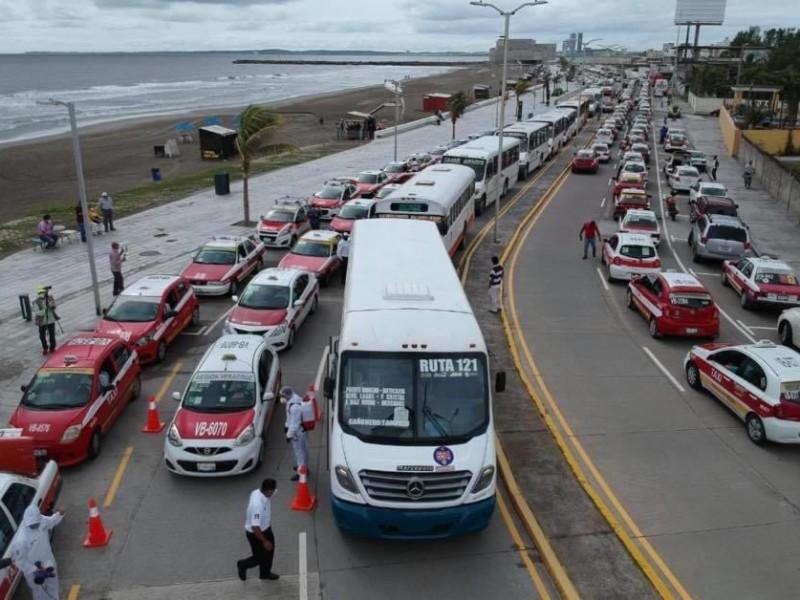 Realizan sanitización de camiones y taxis en zona conurbada