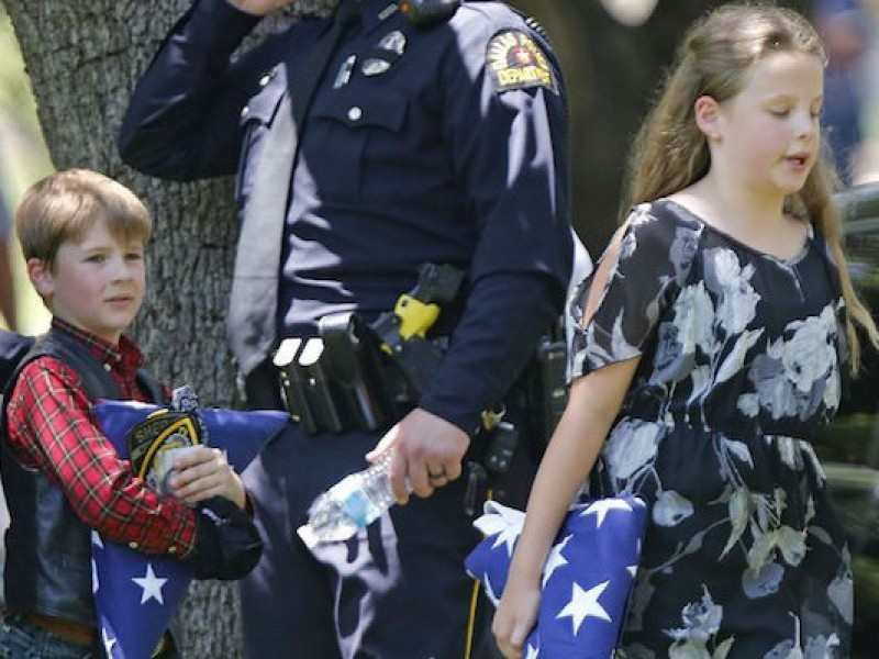 Reanudan clases en escuela de Texas tras tiroteo