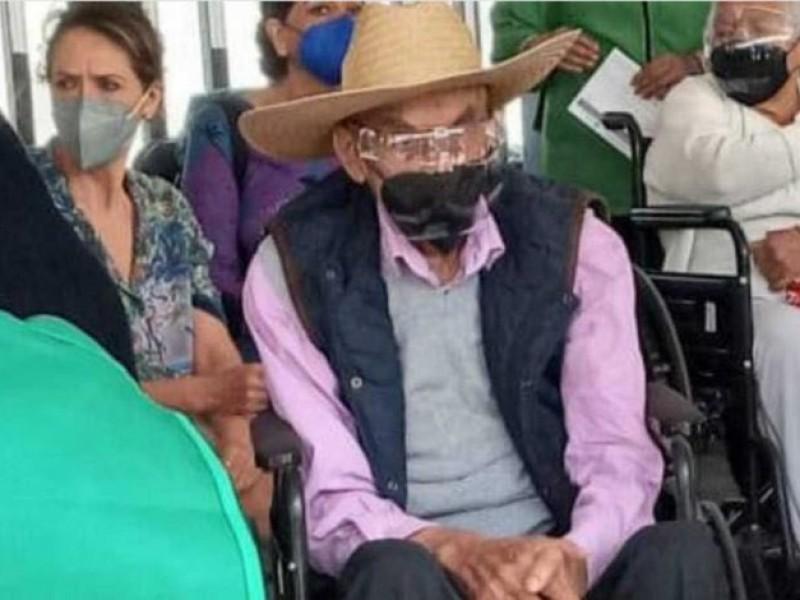 Reaparece el expresidente Luis Echeverría, lo vacunan contra Covid-19