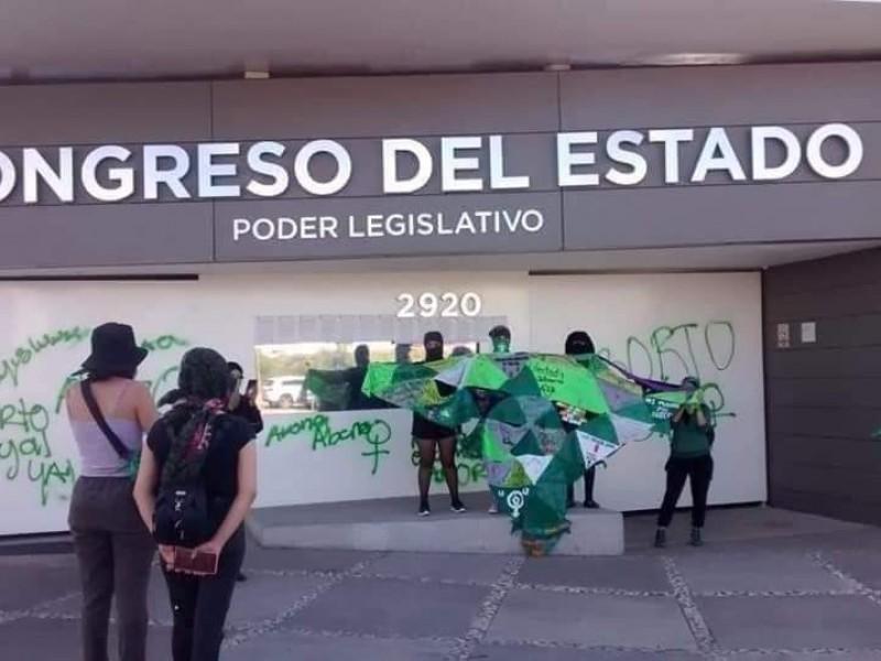 Rechaza congreso local pintas feministas ante exigencia del aborto legal