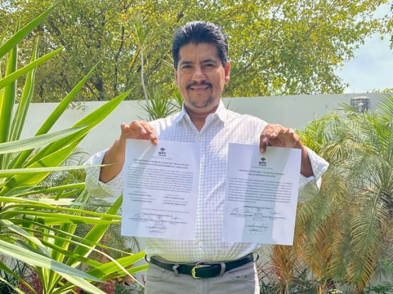 Recibe constancia de mayoría Crescencio Reyes como alcalde electo