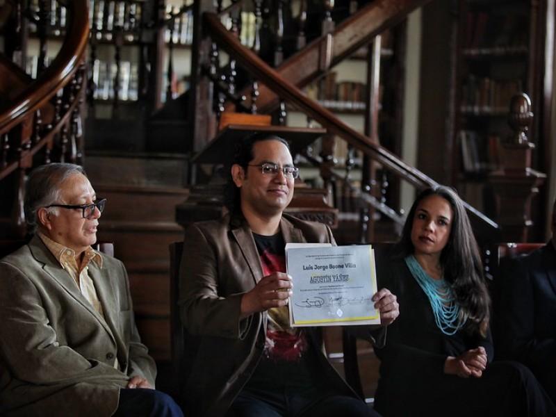 "Recibe Luis Boone Premio de cuento ""Agustín Yáñez"