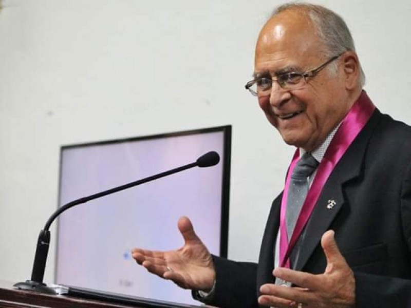 Recibe Veremundo Carrillo medalla al mérito poético
