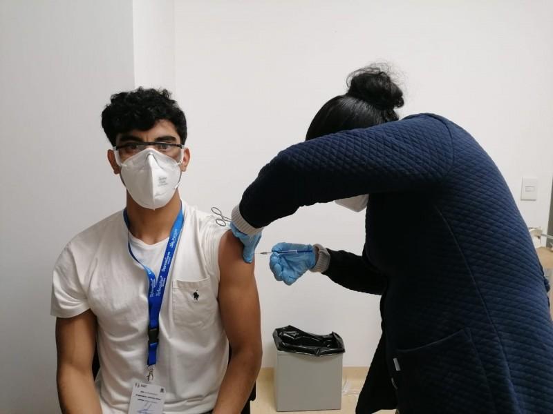 Reciben 1,600 trabajadores primera dosis de vacuna contra COVID-19