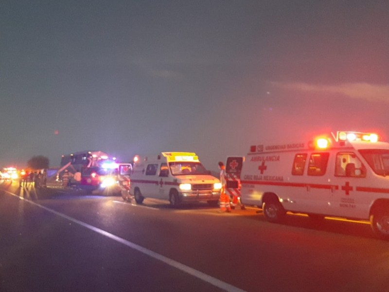 Reciben ateción médica los lesionados en accidente carretero