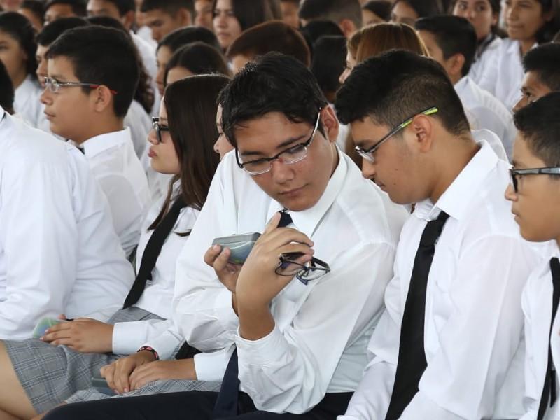 Reciben estudiantes de Telesecundaria lentes graduados