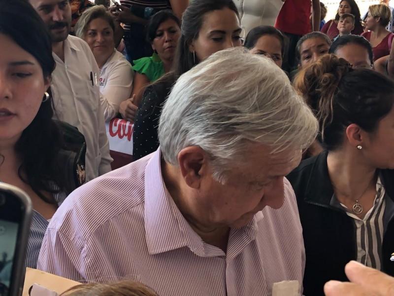 Reciben familias a López Obrador en Manzanillo