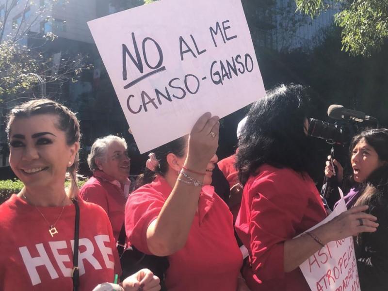 Reciben opositores con manifestación a AMLO