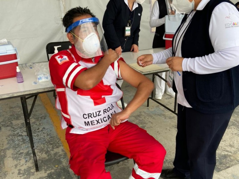Reciben paramédicos de Cruz Roja vacuna Covid19
