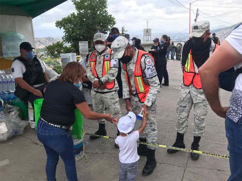 Reciben rescatistas del Chiquihuite apoyo vecinal