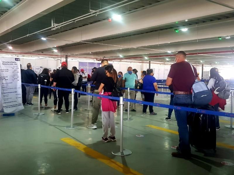Reclaman pasajeros internacionales tiempo de validez de pruebas covid