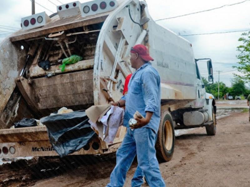 Recolectores de basura trabajan sin guantes ni equipo de protección