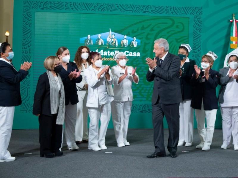 Reconocen a enfermeras y enfermeros en Palacio Nacional