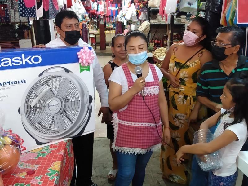 Reconocen a madres comerciantes en su día; mercado Jesús Carranza
