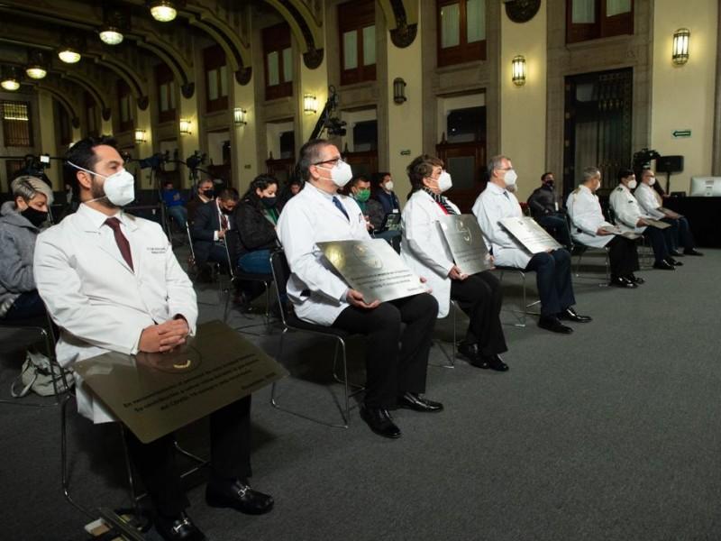 Reconocen a personal médico con la condecoración