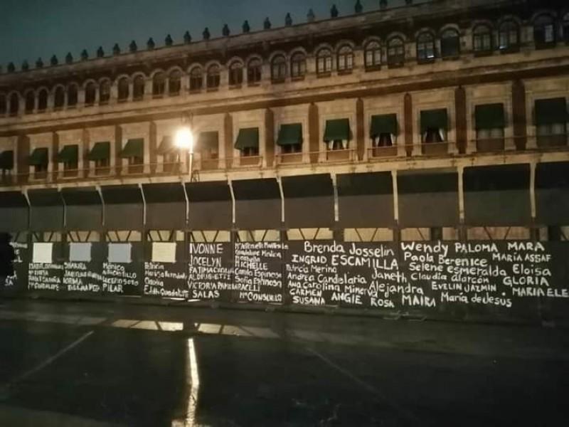 Recuerdan a víctimas de feminicidio en vallas de Palacio Nacional