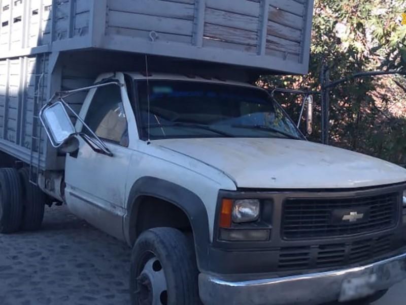 Recuperan policías camioneta robada en Villas del Cimatario