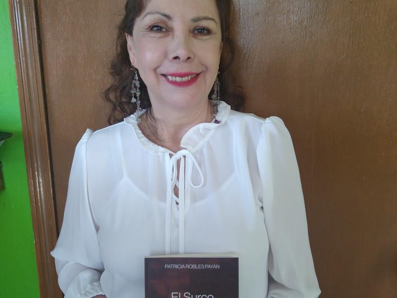 Redacta escritora libro de historias de migrantes en Nogales