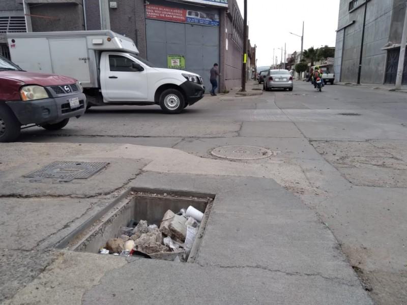 Registro sin tapa provoca accidentes en la San Miguel