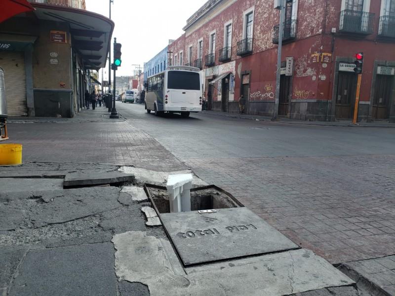 Registros sin tapa en Centro Histórico, peligro constante para peatones