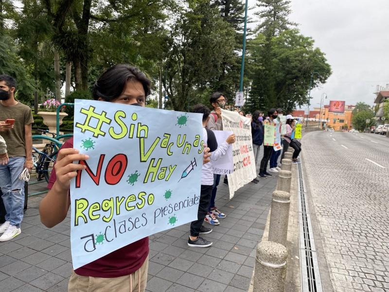 """""""Regreso a escuelas costará vidas"""": estudiantes protestan en Xalapa"""