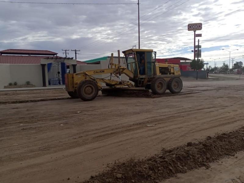 Rehabilitan calles de tierra