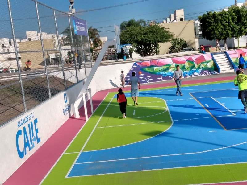 Rehabilitan canchas y parques