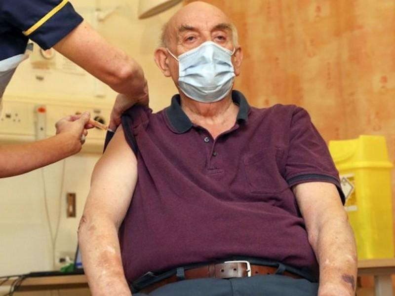 Reino Unido primer país que aplica la vacuna de AstraZeneca