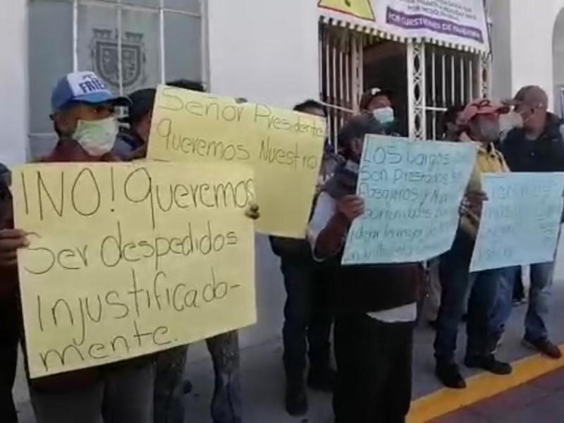 Reinstalan a trabajadores despedidos tras cambio de administración