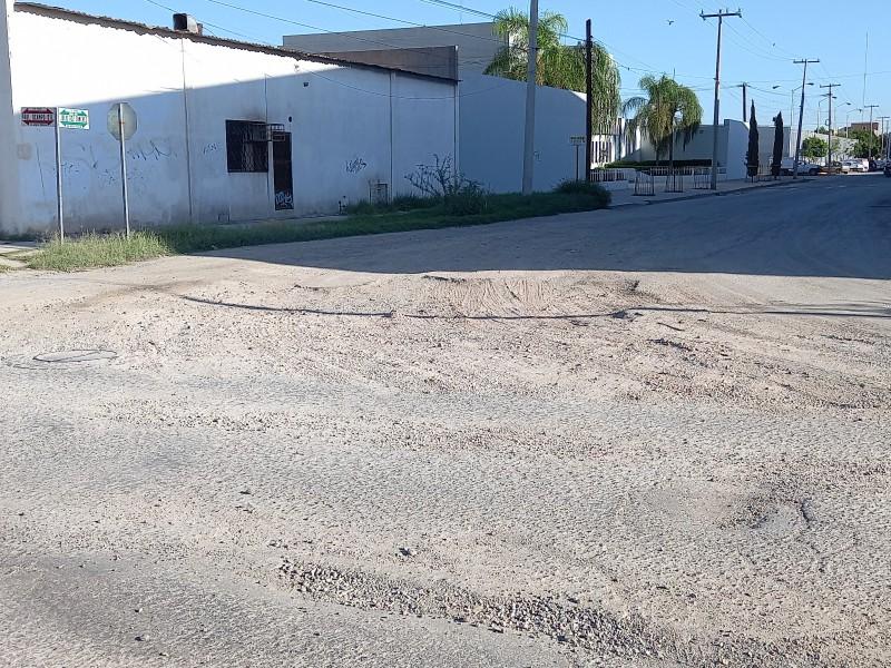 Rellenan bache con arena y camiones aterran casas y vehículos