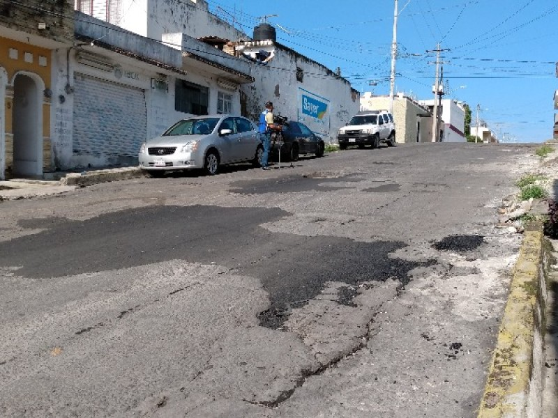 Reparan baches de calle Leona Vicario