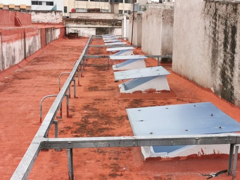 Reparan canaletas de red eléctrica en mercado municipal