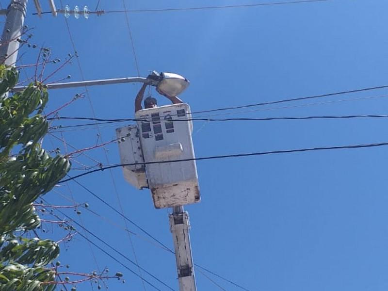 Reparan e instalan luminarias en Centinela