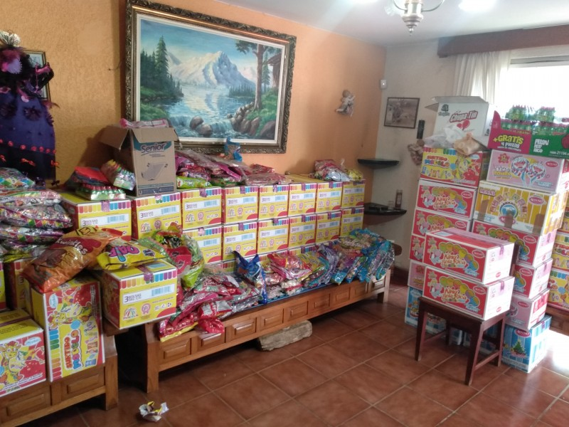 Reparte mil 400 kilos de dulces familia Mendoza