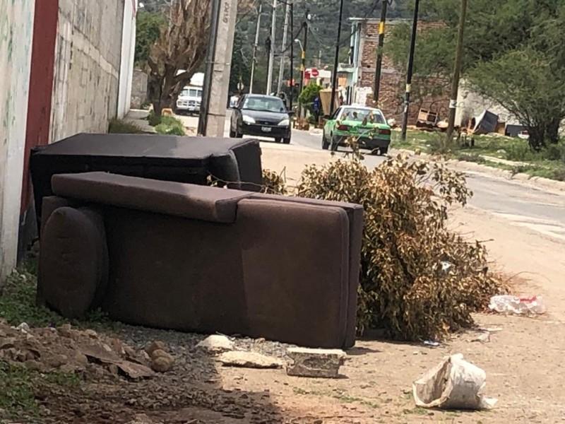 Reportan acumulación de basura en calles de la colonia León 1