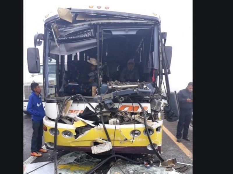 Reportan choque múltiple de vehículos en  autopista