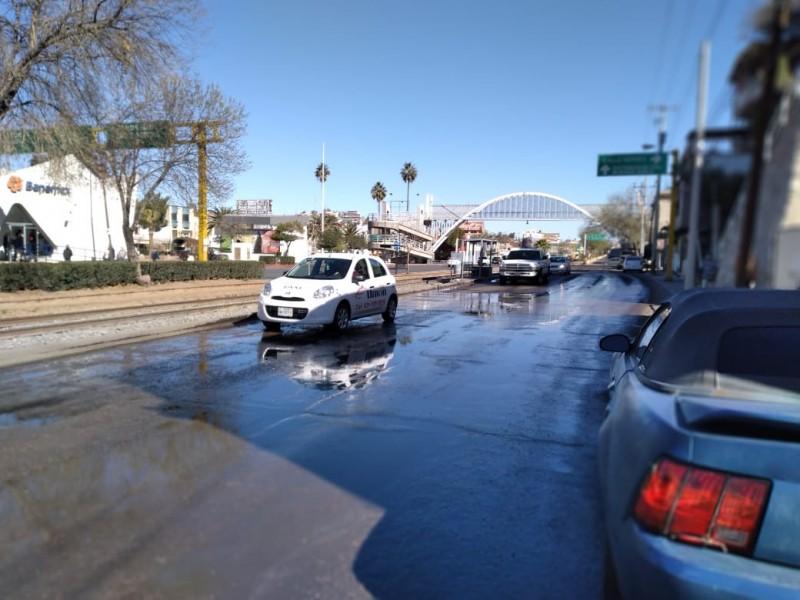 Reportan fuga de aguas negras en Calle Ruiz Cortines